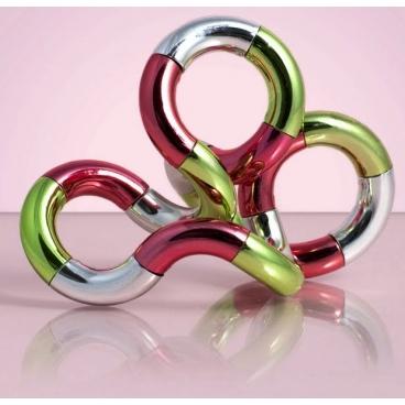 Тангл сделанный из разноцветного металла, представленный с различными подсветками в количестве двадцати пяти цветов и плюс один идет дополнительною на английском и русском язык